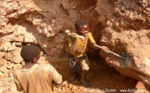 congo-children-mining-coltan-by-mvemba-phezo-dizolele-300x186, Congolese children work, fight and die for our cell phones and diamonds, World News & Views