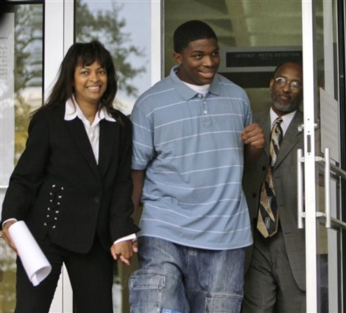 Mychal Bell, one of the Jena 6, leaves the courthouse in Jena, La., on Sept. 27, 2007, with attorneys Carol Powell Lexing and Louis Scott, having been released on bail after a prosecutor confirmed that Mychal would not be tried as an adult. – Photo: Alex Brandon, AP