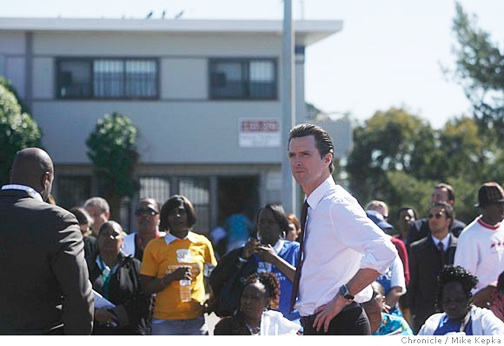 Mayor Gavin Newsom visited Hunters View in March when he was deciding whether to run for governor. When he stopped there early in his first term to play basketball with the youngsters, he raised hopes. Since then, residents have become much more skeptical. – Photo: Mike Kepka, SF Chronicle