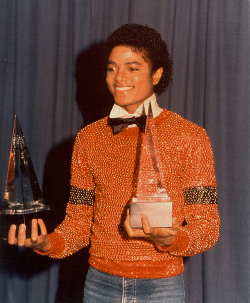 PIRÁMIDES ILLUMINATI - Página 3 Michael-Jackson-accepts-1981-American-Music-Award-for-Favorite-Male-Vocalist-and-RB-Album-of-the-Year-for-%E2%80%98Off-the-Wall%E2%80%99-from-David-Alston%E2%80%99s-Mahogany-Archives-web