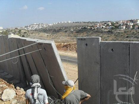Nilin-wall-pulled-down-0918091, Ni'lin protesters tear down apartheid wall, World News & Views