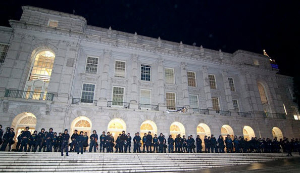 """As if to celebrate their """"victory,"""" police line up outside Wheeler Hall after extracting the occupying students. – Photo: Daily Cal"""