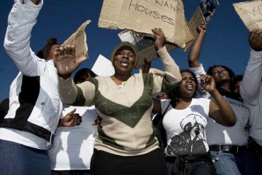 South-Africa-Shack-Dwellers-Movement-We-Want-Houses-072009-by-©-Sydelle-Willow-Smith, The war on the poor from San Francisco to South Africa has a new foe!, World News & Views