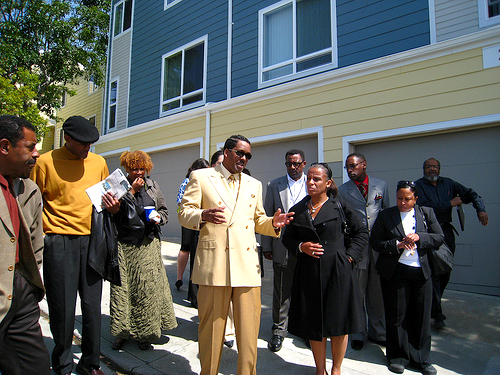 Minister Christopher Muhammad talks with Oakland Council Member Desley Brooks about environmental and economic racism as he leads a delegation of Black elected officials from the East Bay on a tour of Bayview and the Hunters Point Shipyard last May 12. – Photo: Francisco Da Costa