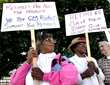 United Auto Workers retirees picket the opening of the 2007 contract negotiations between GM and the United Auto Workers in Detroit. Then, as now, U.S. automakers wanted to reduce their labor costs to the level of their Asian competitors. – Photo: Getty Images